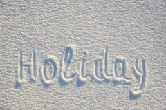 在雪写的假日文本为纹理或背景-寒假概念 晴天,与阴影的明亮的光,平的位置, t 库存图片