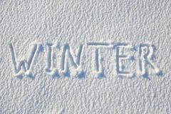 在雪写的冬天文本为纹理或背景-寒假概念 晴天,与阴影的明亮的光,平的位置, 库存图片