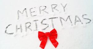 在雪写的圣诞快乐词 免版税库存图片