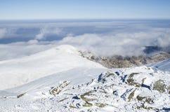 在雪冬天山,保加利亚的云彩 免版税库存照片