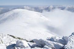 在雪冬天山,保加利亚的云彩 免版税库存图片
