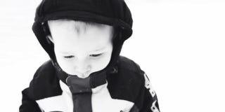 在雪包的男孩 免版税库存图片