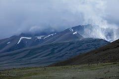 在雪和一个意想不到的火山报道的山峰用stea 库存图片