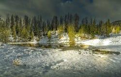 在雪和冻湖,提醒圣诞节样式场面的一个真实的冬天妙境的轻的绘画 库存图片