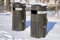 在雪和废物箱盖的回收 免版税图库摄影