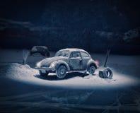 在雪和推测的外籍人绑架打破的老汽车 免版税图库摄影