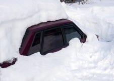 在雪囚禁的汽车 免版税库存照片