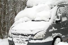 在雪困住的公共汽车 库存图片