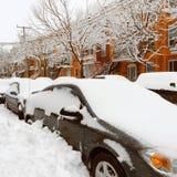 在雪困住的汽车在暴风雪以后 图库摄影