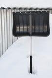 在雪困住的铁锹 库存照片