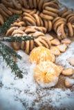在雪在一张木桌上,新年,静物画的蜜桔 免版税图库摄影