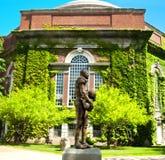 在雪城大学的雅尼戴维斯雕象 免版税库存照片
