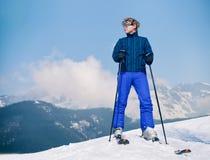 在雪小山上面的滑雪辅导员年轻人  库存图片