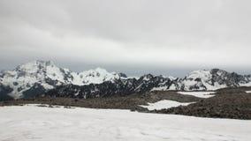 在雪山全景的停机坪和直升机在新西兰 股票录像