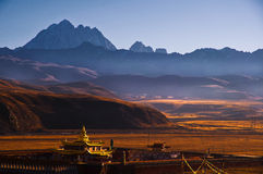 在雪山山脉下的寺庙 库存图片