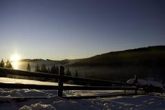 在雪山的日出 免版税库存照片