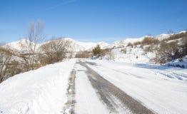 在雪山的路 免版税库存图片