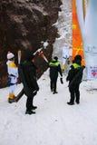 在雪岳山国立公园中转的平昌郡2018奥林匹克火炬 免版税库存图片