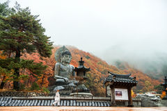 在雪岳山国立公园束草,南Kore Gangwon,韩国- Sinheungsa寺庙的11月12日, 2015大菩萨纪念碑 库存图片