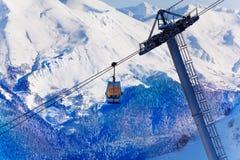 在雪峰顶的偏僻的缆车客舱 免版税库存照片