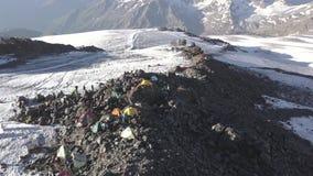 在雪峰顶的鸟瞰图野营的帐篷,当旅行和远足山时 影视素材