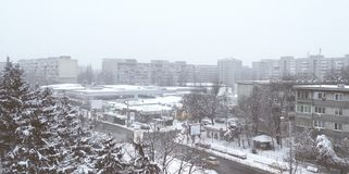 在雪报道的布加勒斯特Drumul Taberei全景 图库摄影