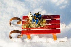 在雪撬的礼物在雪 图库摄影