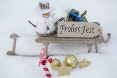 在雪撬的礼物在雪 免版税库存图片