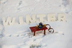 在雪撬的礼物在雪 免版税图库摄影