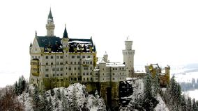 在雪新天鹅堡城堡的花梢城堡在菲森德国欧洲 图库摄影