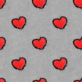 在雪无缝的样式chequerwise画的红色心脏 免版税库存照片
