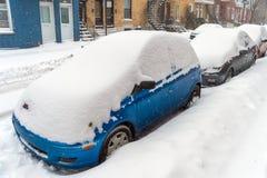 在雪期间的积雪的汽车猛冲,蒙特利尔, 2015年12月 免版税库存照片