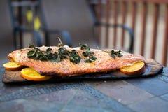 在雪松板条的自创烤三文鱼整个内圆角 库存图片