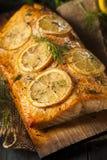 在雪松板条的自创烤三文鱼 库存图片
