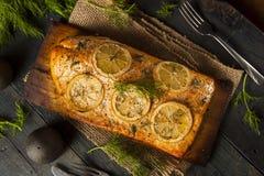 在雪松板条的自创烤三文鱼 免版税库存图片