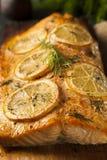 在雪松板条的自创烤三文鱼 图库摄影