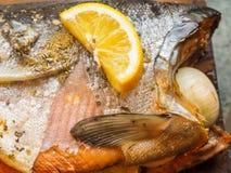 在雪松板条的野生银鲑鱼 图库摄影