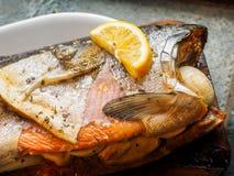 在雪松板条的野生银鲑鱼 免版税库存照片