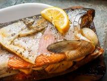 在雪松板条的野生银鲑鱼 库存图片