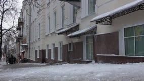 在雪清洁的工作从屋顶的 股票录像
