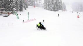 在雪滑行车的救援队 影视素材