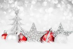在雪特写镜头的五颜六色的圣诞节装饰 库存图片