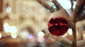 在雪特写镜头下的圣诞树中看不中用的物品 影视素材