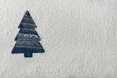 在雪白色背景的蓝色圣诞树剪影 新年假日贺卡 海报模板 烘烤拷贝空间 免版税图库摄影