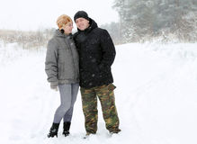 在雪的一对夫妇 图库摄影