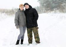 在雪的一对夫妇 免版税库存图片