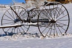 在雪的一把老转储犁耙 免版税库存图片