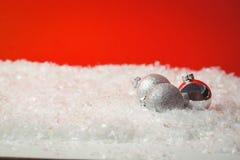 在雪的三个圣诞节中看不中用的物品 免版税库存图片
