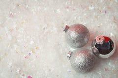 在雪的三个圣诞节中看不中用的物品 库存图片