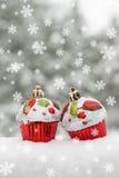 在雪的两个玩具蛋糕 图库摄影